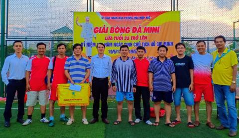Đội bóng CB-VC Nhà trường thi đấu đầy quyết tâm trong giải bóng đá nam lứa tuổi trên 35 do phường Hòa Hiệp Bắc tổ chức
